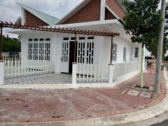 Cần bán đất nền và nhà mới xây dựng nằm gần trung tâm tp